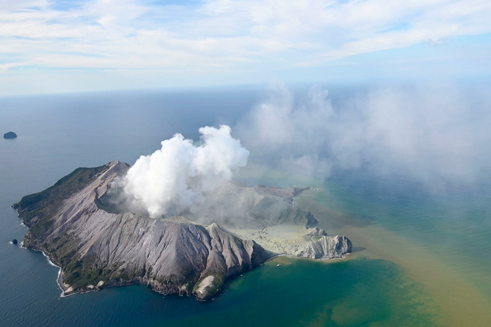 新西兰突发火山喷发灾害,涉及两名中国公民