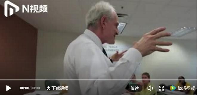 69歲教授花式上物理課走紅,網友:別人家的老師!