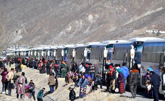 12月23日,西藏那曲市雙湖縣牧民在遷徙途中。