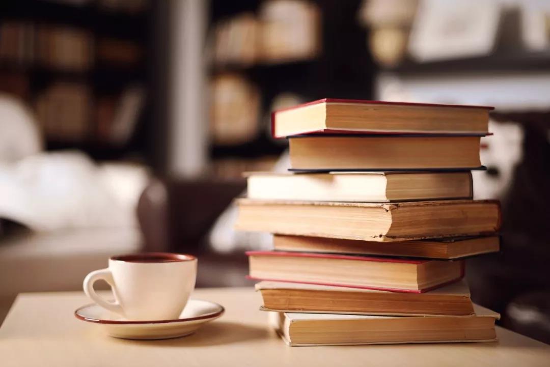 《马悦然》(图文无关)汉学家马悦然走到哪里都提着一包书,都是汉语作家送 给他的。资料图片