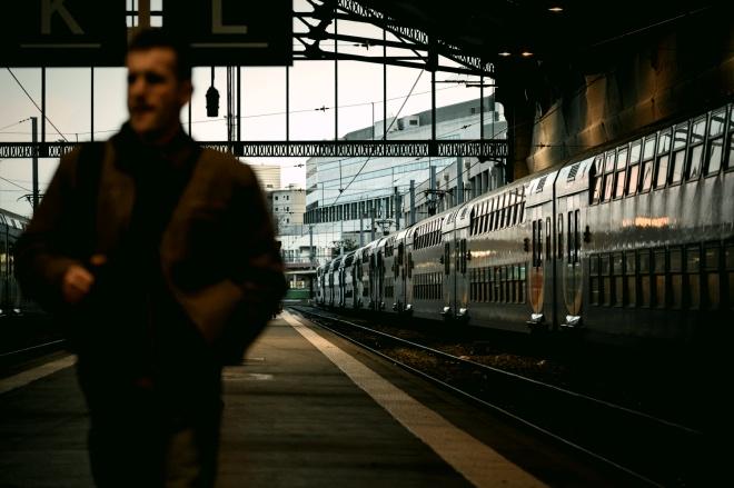 《域外传真 | 法国退休制度改革:福利国家癌症晚期的剧痛》当地时间2019年12月20日,在法国巴黎,一名旅客行走在里昂火车站的站台上。法国正在上演的是福利制国家癌症晚期的痛苦,这个曾经伟大的国家正在震荡中走向衰弱。然而,这一切可能还只是刚刚开始。