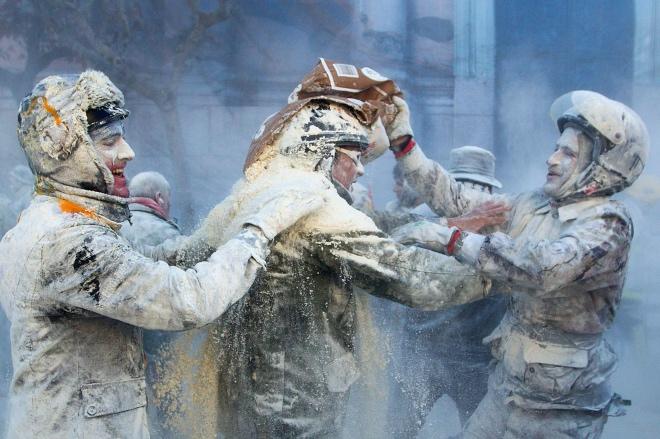 """""""面粉大戰""""往往持續到下午五點結束,參戰雙方人人灰頭土臉,身上就像裹著面糊一般。"""