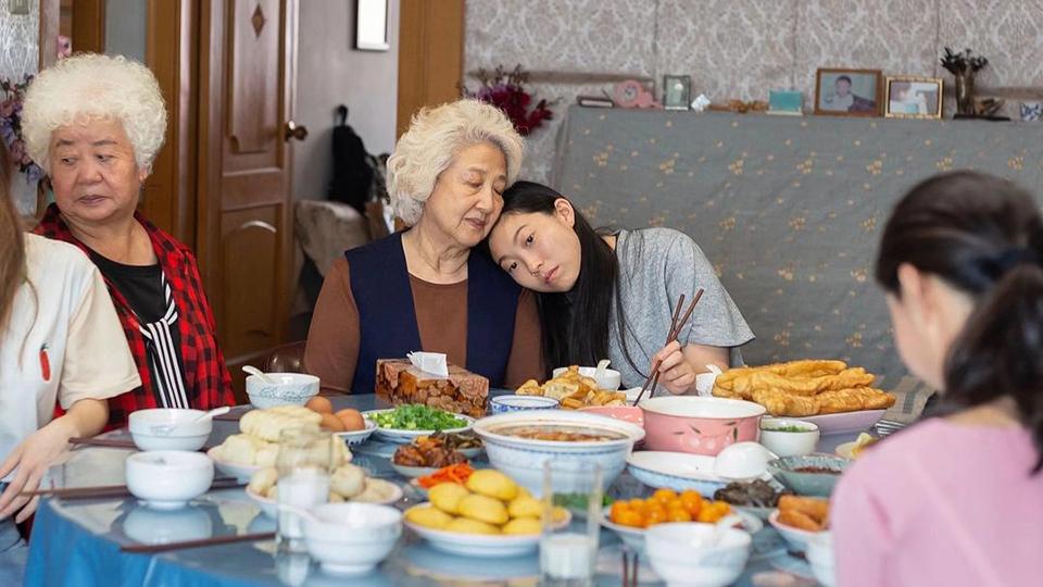 19 《別告訴她》:得知家人患了絕癥,該不該告訴TA?.jpg
