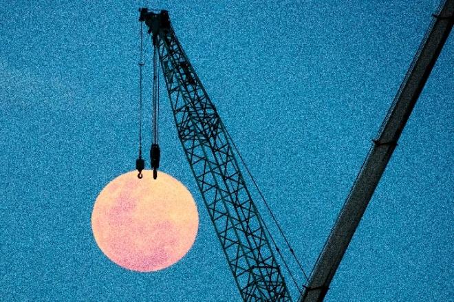 《大家小说丨动作》(图文无关)夜里,走廊没灯,可有好的月光照进来。小梁总在星期五零点悄然地穿过这走廊,来到阳台。
