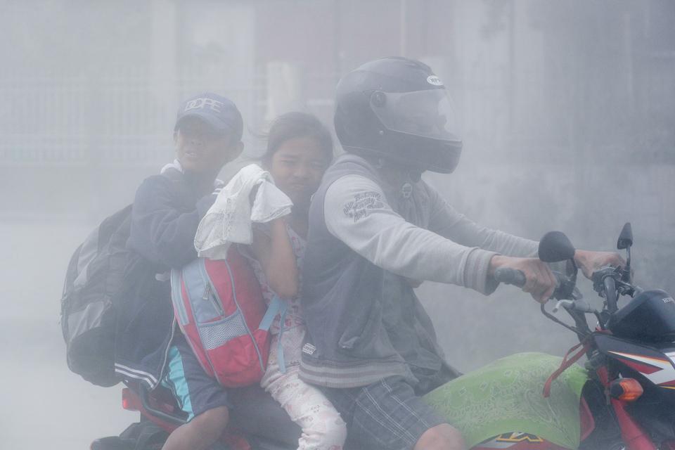 菲律宾火山喷发引发闪电