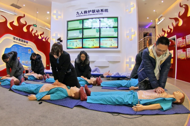《做心肺复苏压断老太肋骨,该担责吗?》(图文无关)2020年1月15日,在山东烟台厚仁安全警示教育基地,市民在练习心肺复苏术。