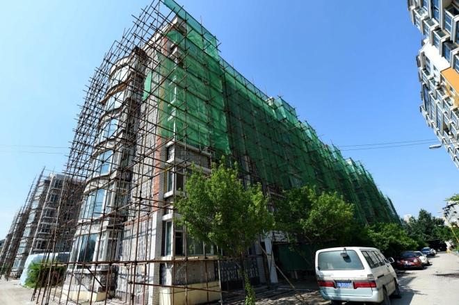 《維修基金成了誰的唐僧肉?》(圖文無關)圖為一處老舊小區改造工程。