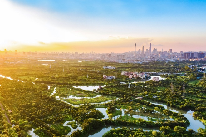 《下一个十年, 广深佛莞会形成人口过亿的超级大都市带吗?》(图文无关),即使以近五年最高年增长率乐观预测,广深都市圈未来人口规模也无法越过一亿大关。