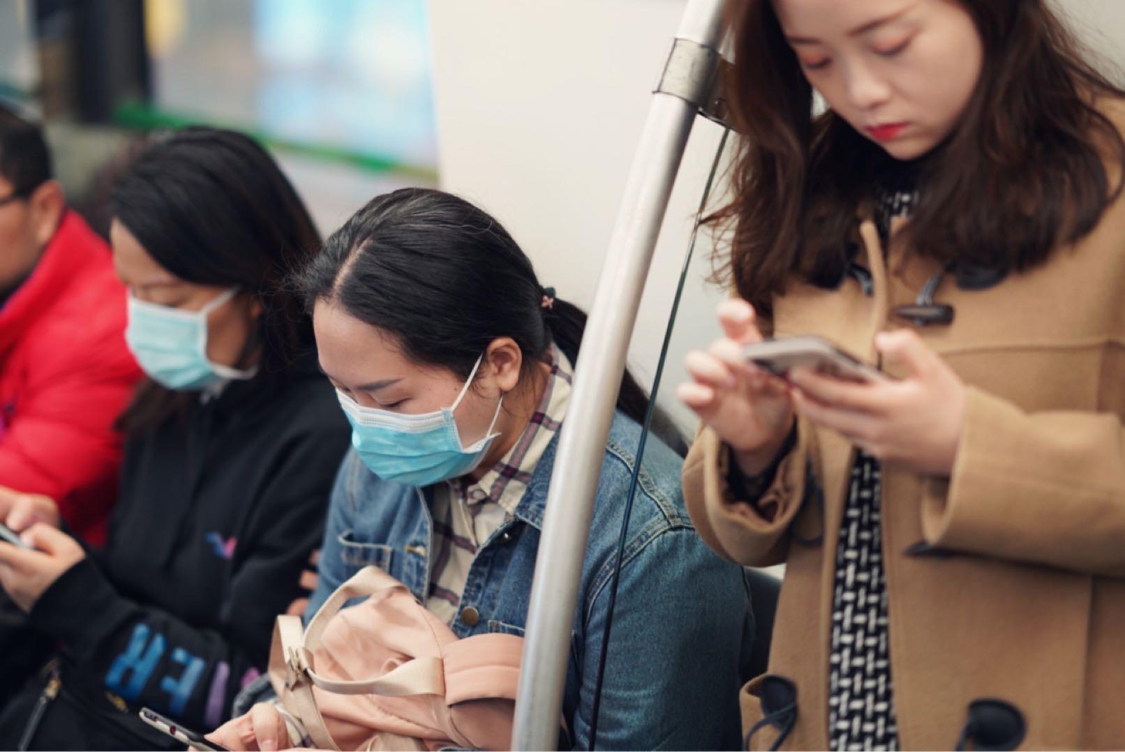 2020年1月21日,中国广州,地铁车厢里戴口罩的乘客。