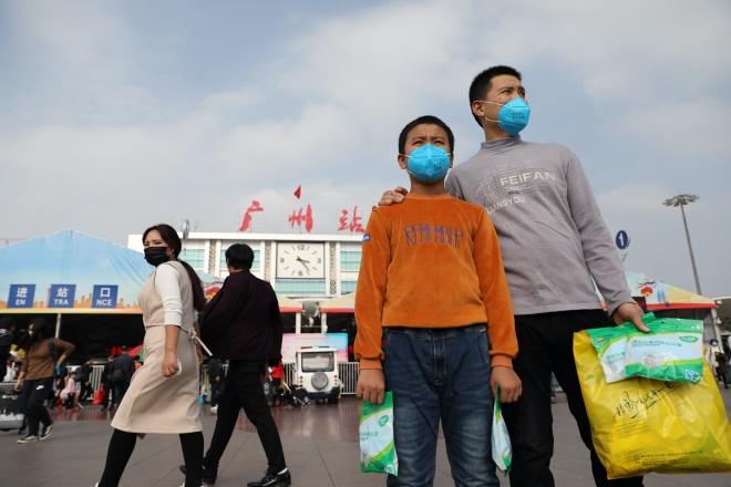 一位带小孩的乘客,他对南方周末记者表示,自己购买了二十袋口罩。
