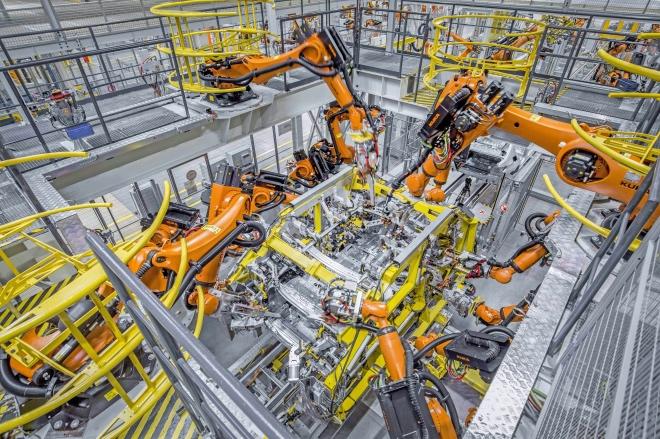 《為創新提供土壤,讓市場來做工》隨著中國經濟增長進入新階段,以創新推動發展成為共識。圖為機械手臂在進行車身制造。