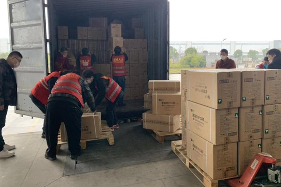 到边界拿货,货车司机组队 医疗物资艰难打通武汉