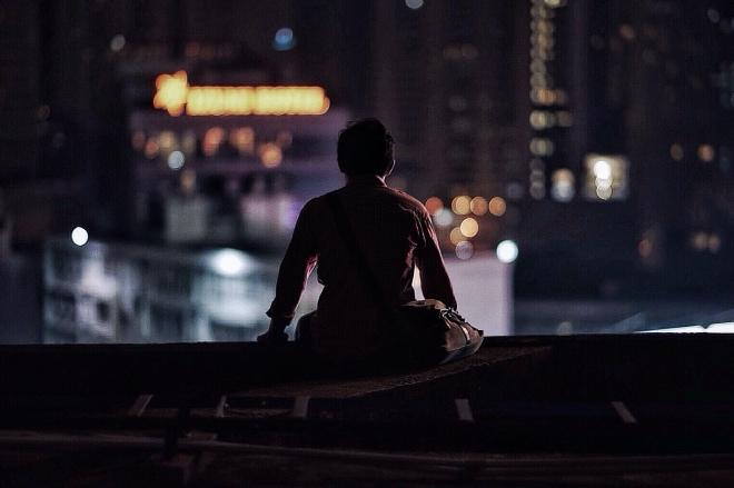 """《不可言说的孤独可以被共情吗》""""孤独""""是一个奇怪的词汇,我们能够抽象地理解它,在日常语言中有意义地使用它,却无法具体地说出任何一个人的孤独,不然此人也就不孤独了。"""