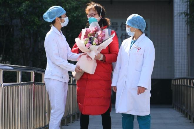 医护人员给应某某献上祝福。