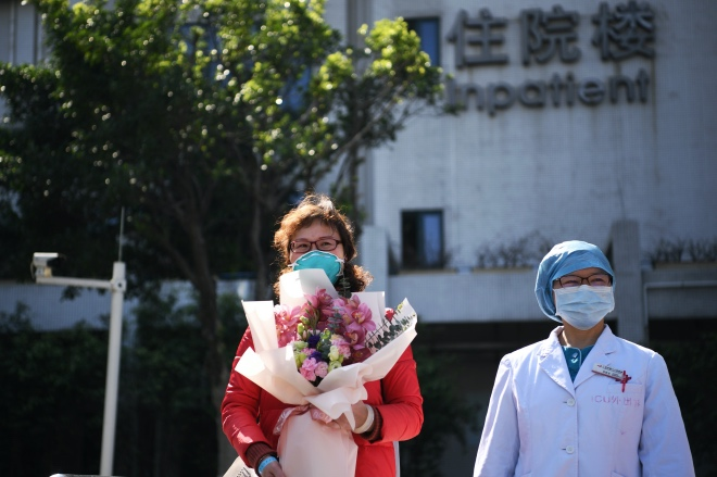 经专家组确认,患者病情达到治愈标准,55岁的应某某从广州市第八人民医院出院。她是广州首例确诊的新型冠状病毒感染的肺炎患者。