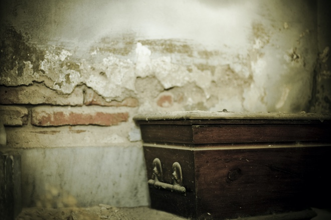 《大家小说 | 告别》(图文无关)院里有一口棺材,堆着不少办丧事的物品,四周静悄悄的,没一点声音。