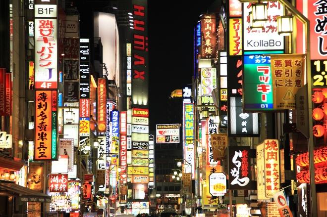 《大家小说 | A 町轶事 》日本常有这样的情形,看其云淡风轻,背后是苦苦支撑。图为新宿街景。