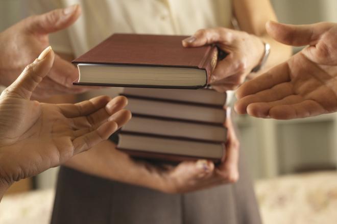 《大家小說 | 藏書可貽誰》(圖文無關)他正在為父親留下來的數架藏書煩惱。