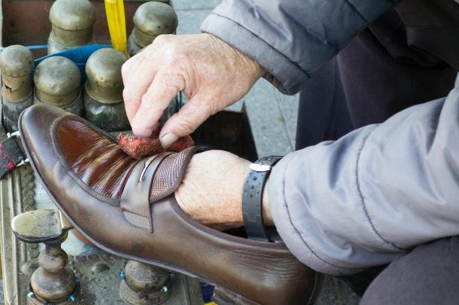 《大家小说 | 擦皮鞋》(图文无关)父亲送我来学擦皮鞋的这位师傅,在解放前就加入了市擦皮鞋工友协会。