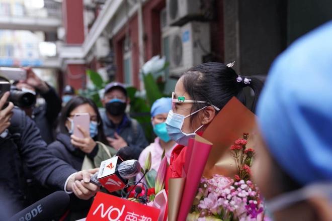 医院安排广州首位痊愈的新冠肺炎确诊患儿与媒体作简短见面。