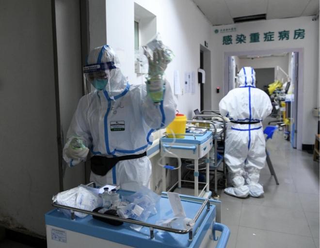 医护人员在重症病房忙碌着。
