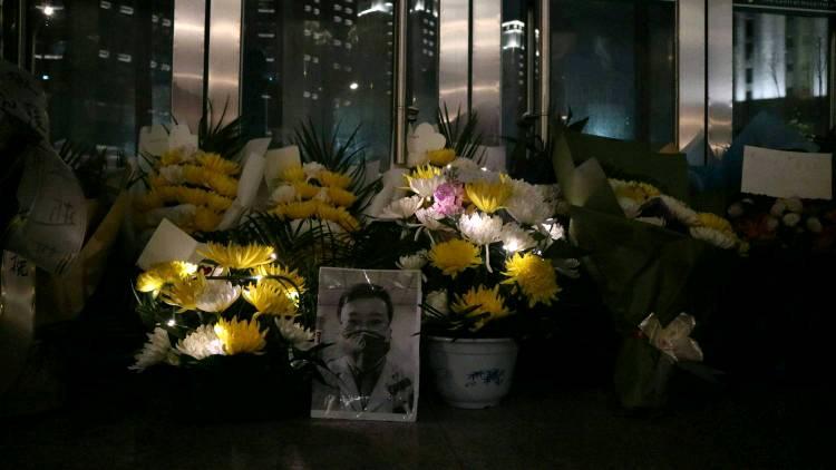 """李文亮医生离世的第一夜,市民自发悼念:  """"谢谢你的勇敢"""""""