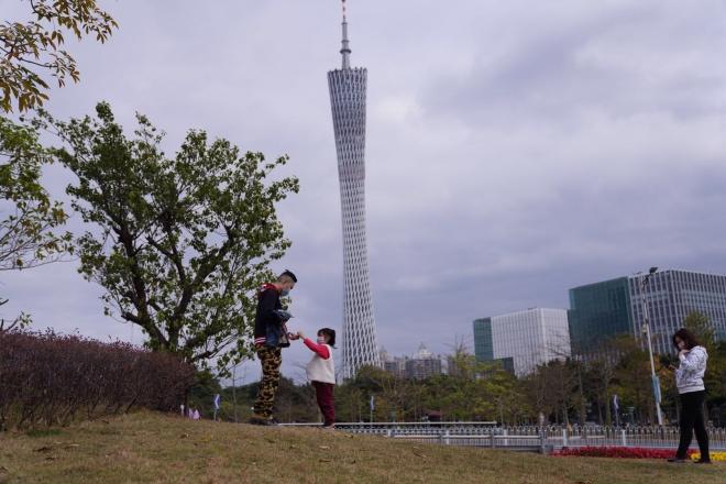 一些市民在广州塔附近的空地上玩耍。