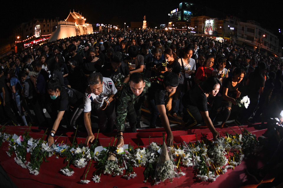 泰国民众悼念枪案遇难者
