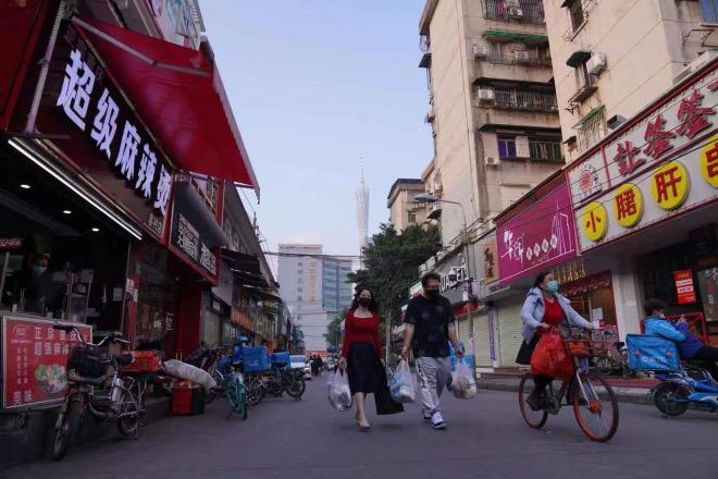 海珠区艺苑南路的食街都关门了,以前下班时间人来人往的街道上如今显得冷清,只剩下外卖小哥和拎着打包餐食的人。