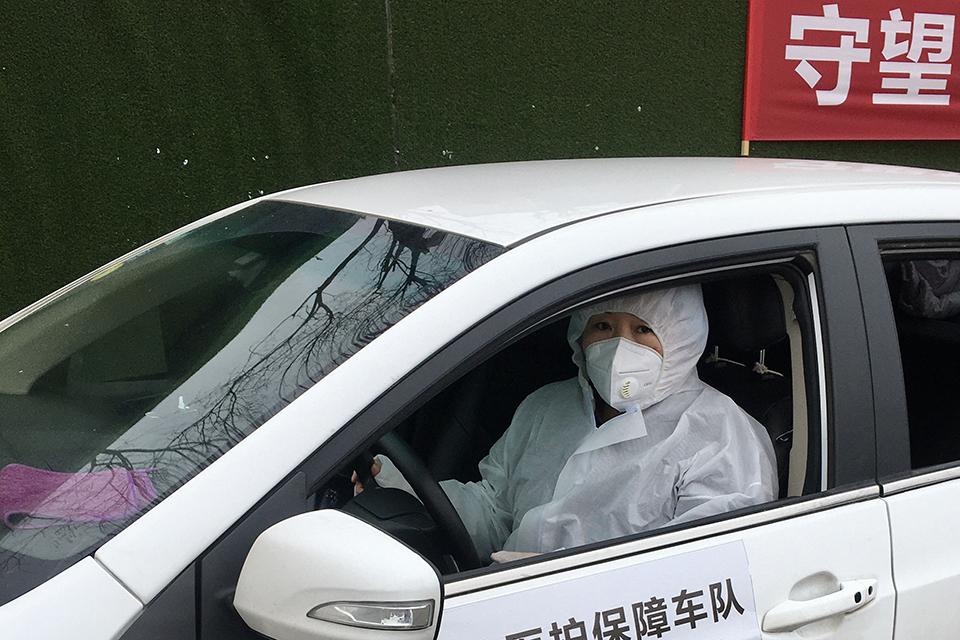 07 当家庭主妇开起接送医护的志愿车.jpg