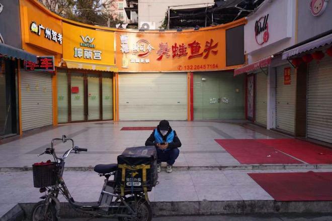 一名正在等待接單的外賣小哥。