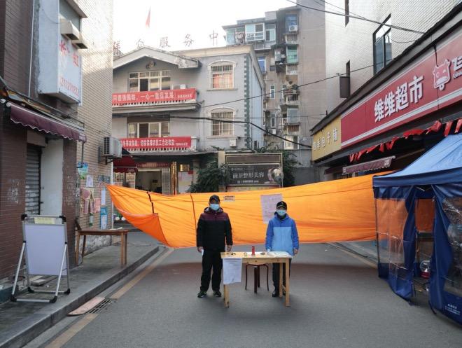 农历庚子鼠年正月十八(2020年2月11日),湖北宜昌。社区网格员与志愿者在小区进出口设置黄色布条,一方面禁止人员车辆进出,一方面保证小区应急通道畅通。随着社区防疫的深入,大家在严格中更讲究方法。