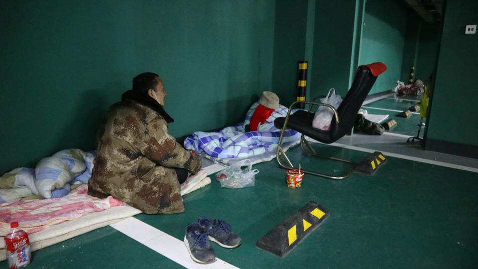 """""""封城""""之后,他们滞留在武昌火车站地下车库"""