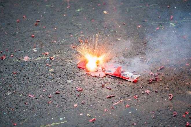 《大家小说 | 马路游击队》(图文无关)说完民工们在旁边的草坪里挖个坑,重新把尸骸埋了,燃放鞭炮。随后继续挖沟。