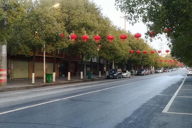 """《静、怕、忧、闷的节日,盼望""""人间四月天""""》连邵东这个距离武汉五百多公里的县级市,也大有山雨欲来风满楼的气象。街上行人仿佛一夜之间散尽,滚滚车流也消失了,马路上空空荡荡。春节期间,市区中心的主街道空空荡荡。"""
