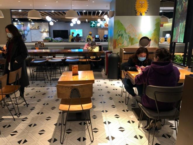 一些快餐店隔桌安排就餐,以腾出空间。