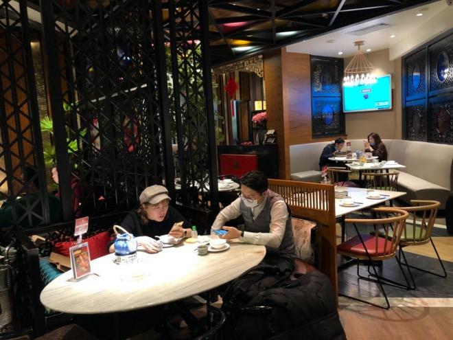 在限制堂食服務的餐廳里,食客不得拼桌,大堂餐桌實際使用數量不超過平時的50%。