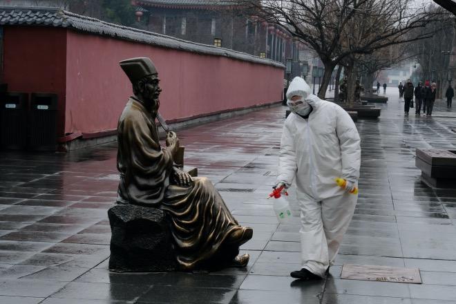 2020年1月27日,工作人员在西安大雁塔两侧步行街上进行消毒工作。