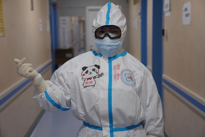 """""""糖糖""""唐雪莉的防護服上畫了一只熊貓。"""