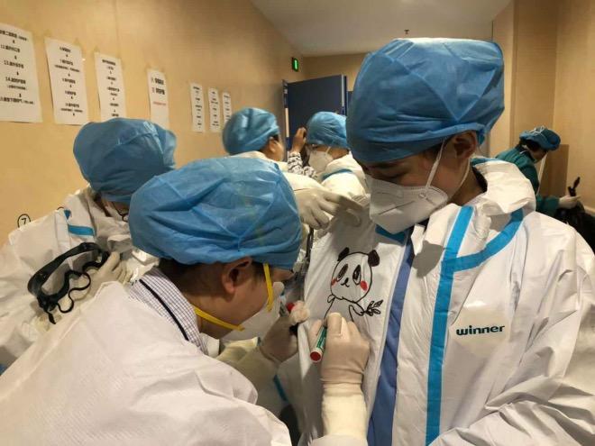 護士們正在防護服上作畫。