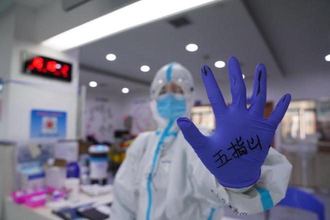 """陳曉敏把""""五指山""""寫在手套上,意思是病毒逃不出我的五指山。"""