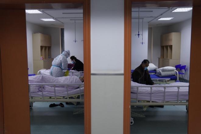 """病區里很多床位已經空出來,""""床等人""""成常態。"""