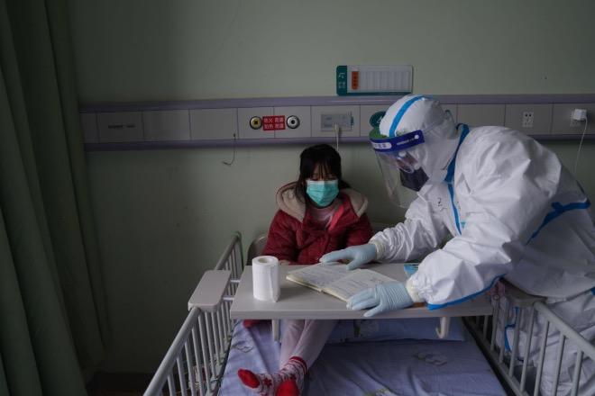 小患者在醫護人員的指導下做作業。