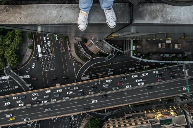 《跳楼事件》(图文无关) 小区保洁员小梅遇事想不开,登楼顶寻死,楼太高又有点怕,犹 豫半天下不了决心。