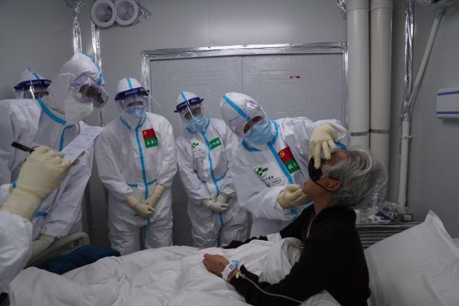 2020年3月5日,张忠德带领省中医的专家团在雷神山病区查房、会诊。
