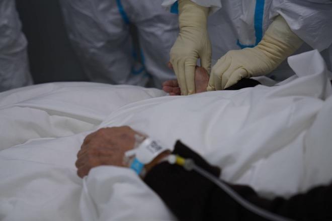 张忠德为患者把脉。