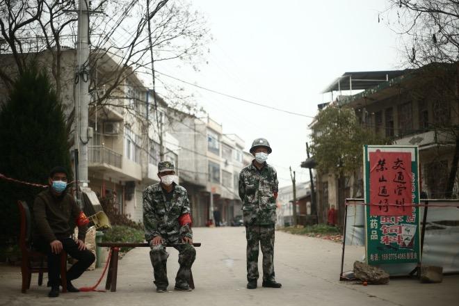 """2月20日,湖北監利縣龔場鎮新鄧村,隨著防控疫情的升級,""""無疫村""""也加強了管理。"""