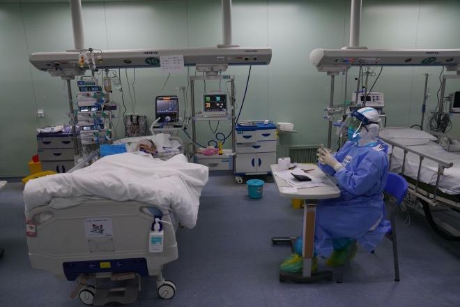 武漢協和醫院西二樓的重癥監護病房(ICU)里,醫護人員在密切觀察病人的狀況。