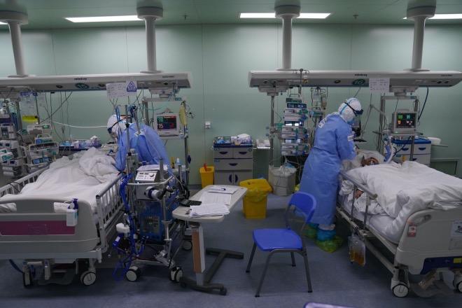 ICU病人需要24小时的密切监测。左边的病人用上了体外膜肺氧合治疗(ECMO)。