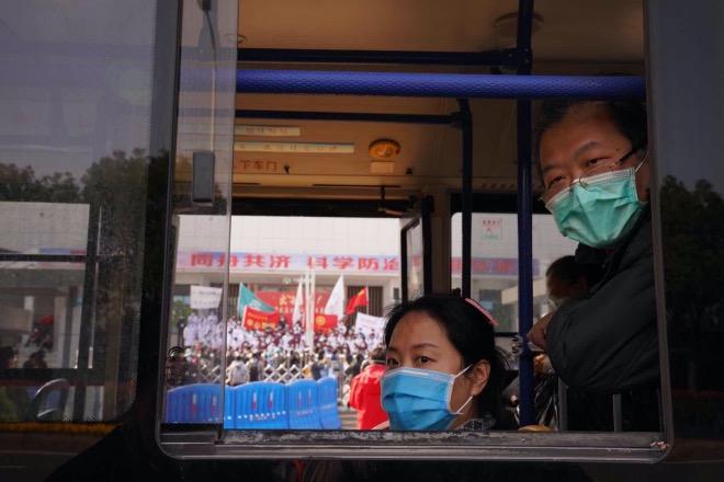 武漢大學人民醫院運營管理團隊團結各支醫療隊,短短兩三天迅速扭轉不利局面,積極開展救治、穩定病患情緒。